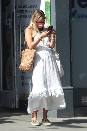 Фото №3 - Лето в городе: леди Амелия Виндзор в женственном платье на шопинге в Лондоне