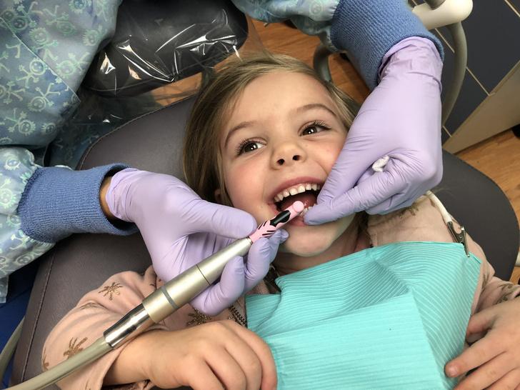 Фото №1 - Почему на детских зубах появляется черный налет и что с ним делать— объясняет стоматолог