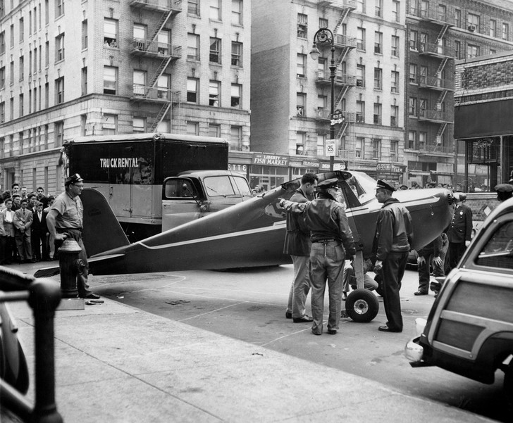 Фото №1 - Летчик, который на спор дважды приземлился на улицах Нью-Йорка