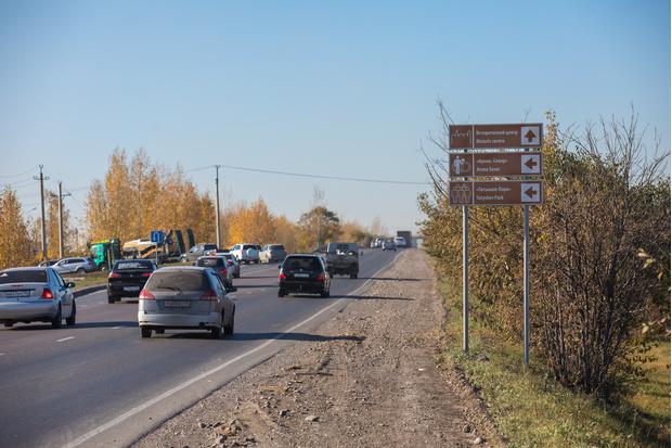 Табличка оптимистично не сообщает, что до того же Татышев-парка ехать больше 10 километров через город