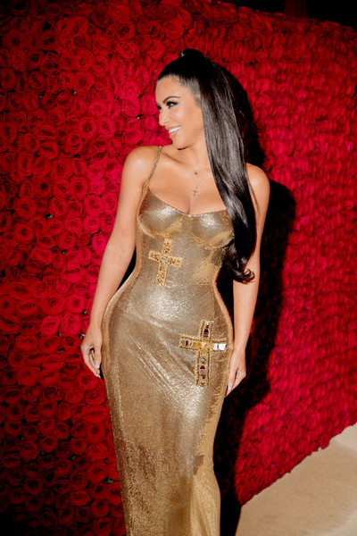 Ким Кардашьян макияж прически укладки