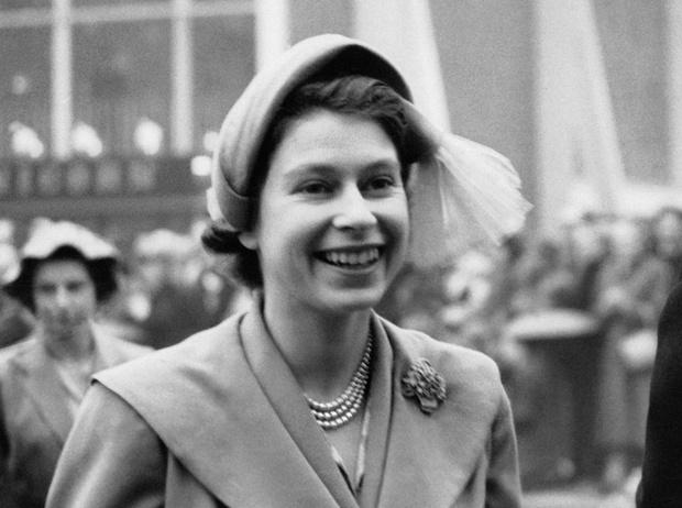 Фото №4 - Какое украшение Елизавета II носит практически постоянно (но вы не замечали)