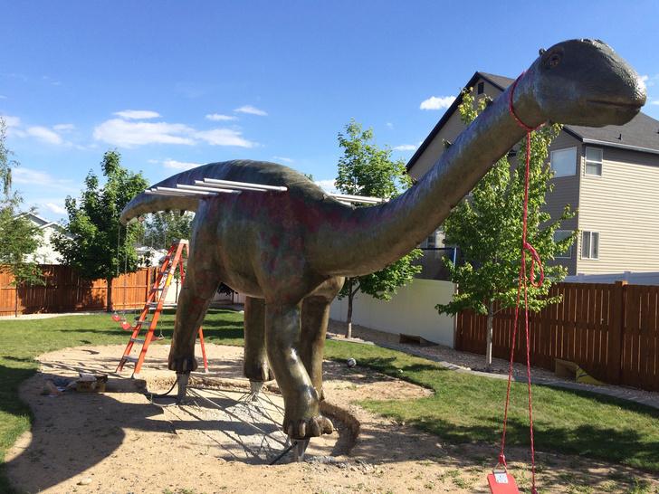 Фото №9 - Отец своими руками построил детям 14-метрового динозавра— детскую площадку (фото и видео)