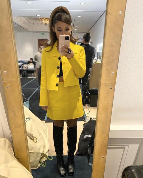 Фото №1 - В чем встречать Новый год 2021: ярко-желтый лук в стиле Арианы Гранде