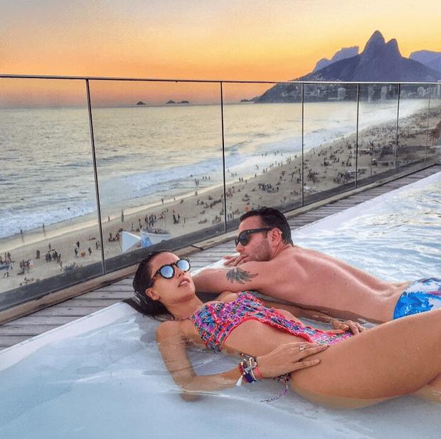 Фото №1 - Звездный Instagram: Отвисаем у бассейна