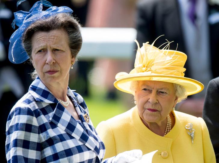 Фото №1 - Особая связь: о чем говорит язык тела Королевы и принцессы Анны