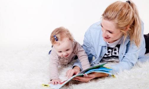 Фото №1 - Роспотребнадзор рассказал, как заниматься дома с детьми, чтобы не испортить им зрение