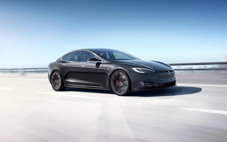 Фото №1 - Tesla улучшила динамику своих автомобилей через Сеть