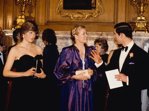 Фото №2 - Дело чести: когда Диана впервые пошла против королевской семьи