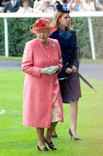Фото №5 - Концепция дизайна свадебного платья Меган Маркл меняется в угоду Королеве