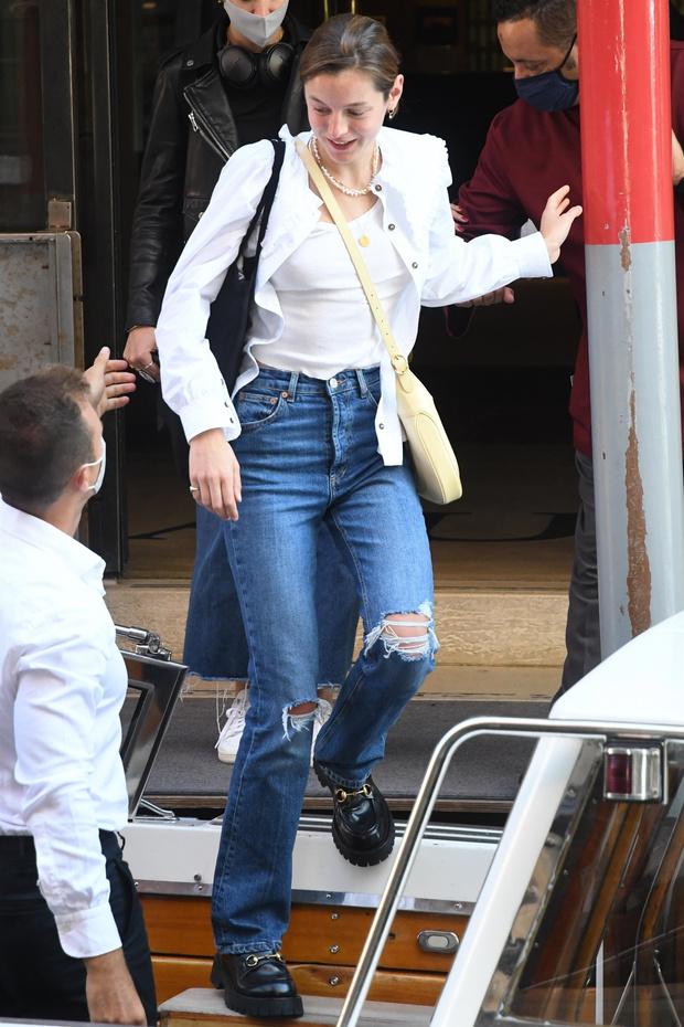 Фото №2 - Рубашка с массивным отложным воротничком— деталь, которую стоит подсмотреть у звезды «Короны» Эммы Коррин