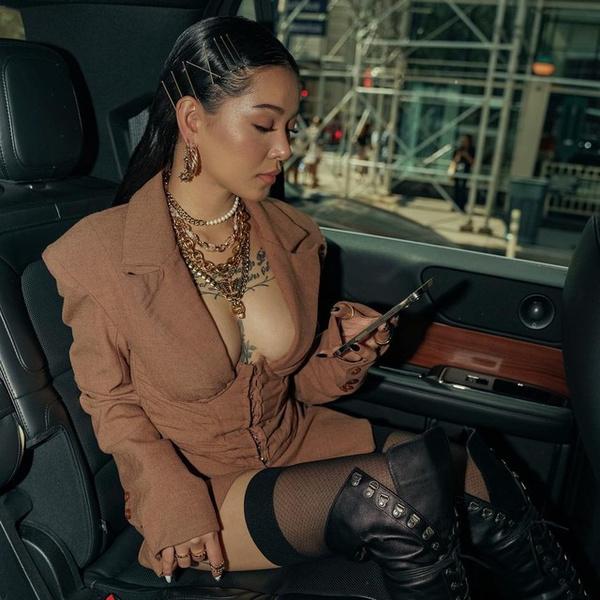 Фото №1 - Образ дня: Белла Порч в чулках и платье с корсетом