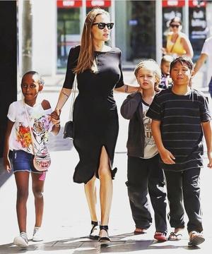 Фото №1 - 5 образов Анджелины Джоли, которые всегда будут в моде