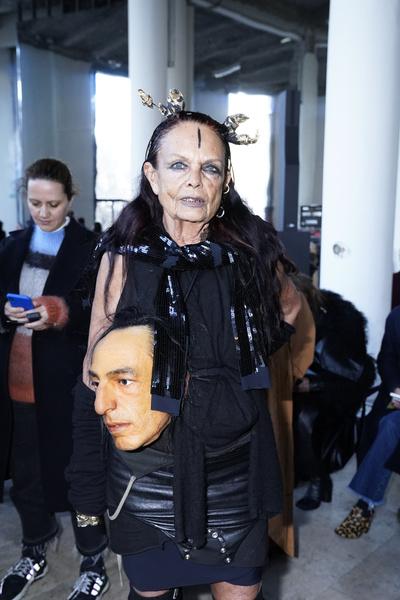 Фото №4 - Улыбка деснами и инопланетный взгляд: самые неформатные музы модных дизайнеров