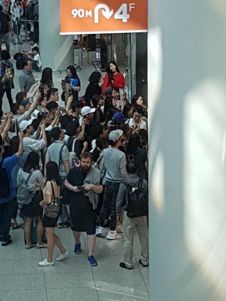 Фото №9 - 7 случаев, когда люди не поняли, что встретили знаменитых корейских айдолов
