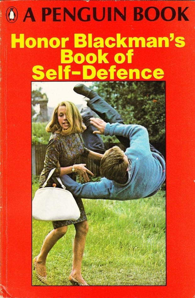 Фото №2 - Одна из первых книг для женщин по самообороне была написана девушкой Бонда. Заглянем внутрь