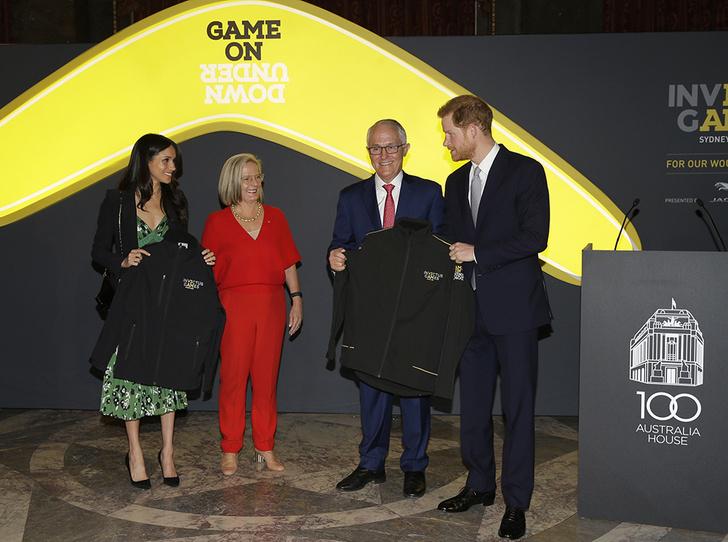 Фото №2 - Новый выход принца Гарри и Меган Маркл (и она повторяется в нарядах)