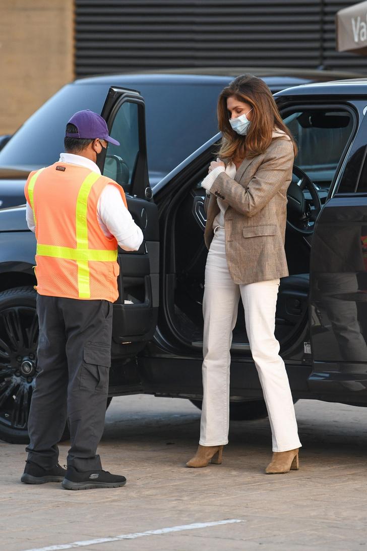 Фото №2 - С чем носить белые джинсы в этом сезоне? Показывает Синди Кроуфорд