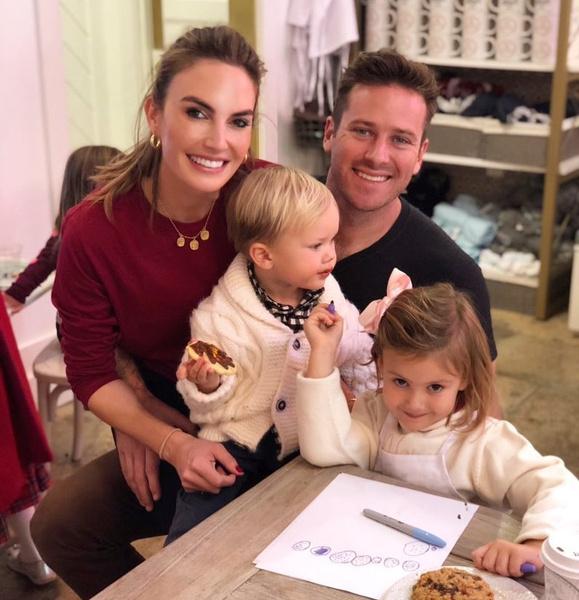 <p>Арми Хаммер и Элизабет Чемберс с детьми</p>