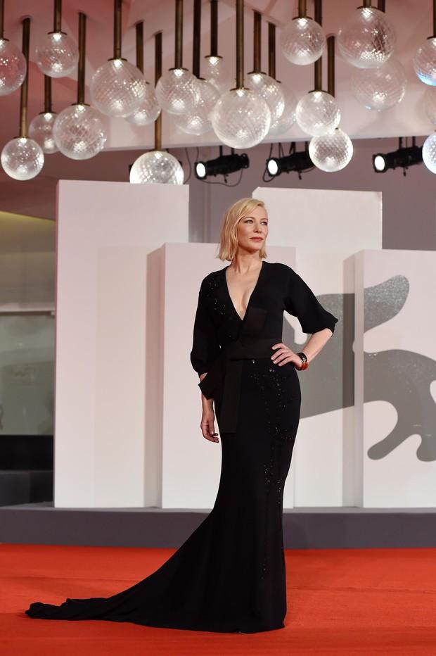 Фото №12 - Нарушая запреты: все образы Кейт Бланшетт на Венецианском кинофестивале