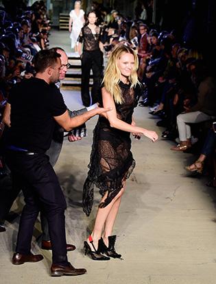 Фото №2 - Кэндис Свейнпол упала на показе Givenchy в Нью-Йорке