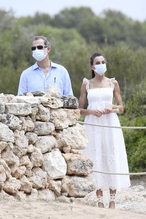 Фото №4 - Что носит королева Летиция в отпуске? Белоснежное платье с романтичными бретелями-крылышками