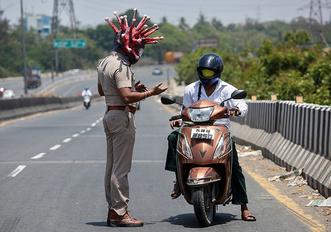 Фото №3 - Индийский полицейский пугает нарушающих карантин коронашлемом