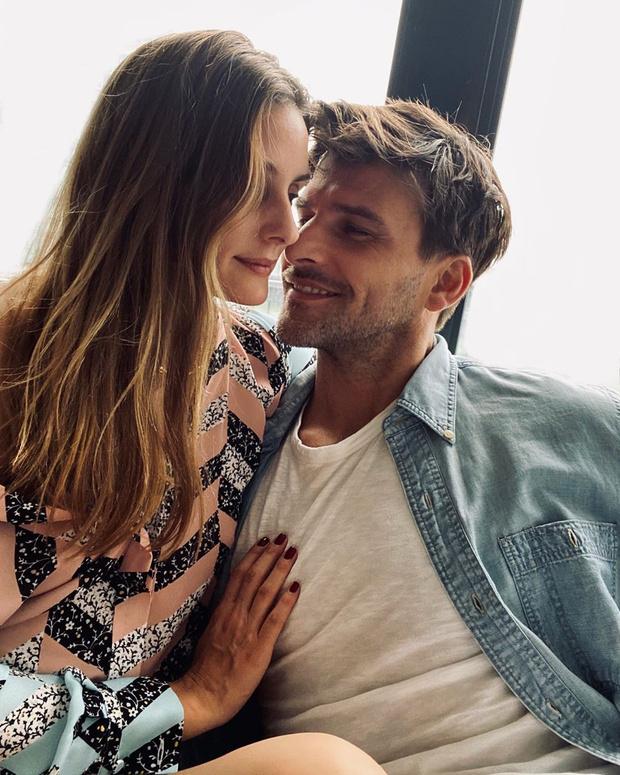 Фото №1 - Что надеть на фотосессию с возлюбленным? Оливия Палермо выбирает романтичную блузу