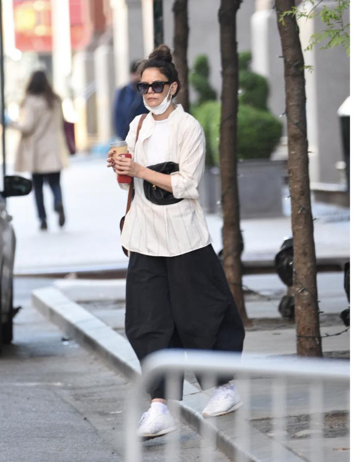 Фото №1 - Носите широкие, очень широкие, просто огромные брюки пока в отношениях «все сложно». Как это делает Кэти Холмс