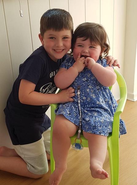 Старший сын Кейт с младшей сестренкой— она родилась спустя полтора года после смерти Поппи.