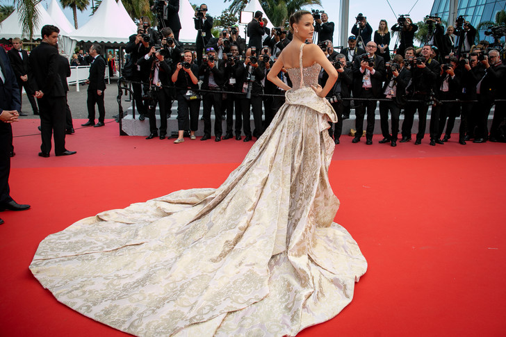 Фото №4 - Незабываемый след: 25 роскошных звездных платьев с шлейфами