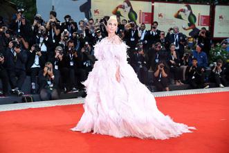 Фото №1 - Звездные платья, которые прославили своих стилистов
