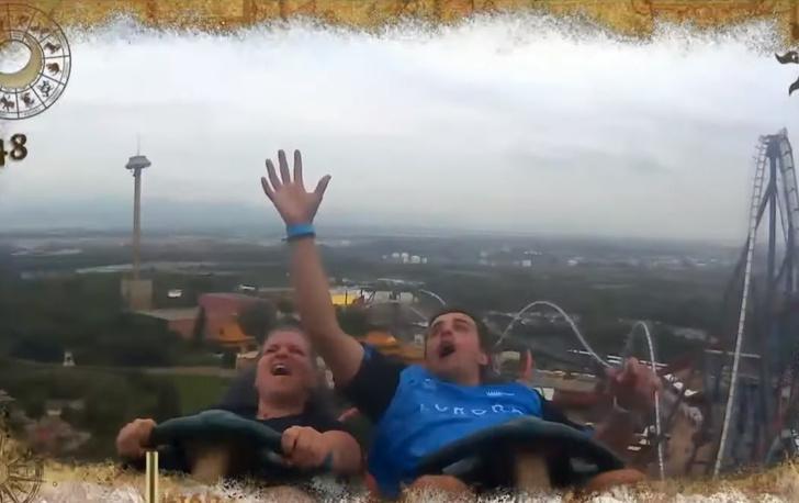 Фото №1 - Катаясь на американских горках, парень поймал айфон, который уронил другой турист (везучее видео)