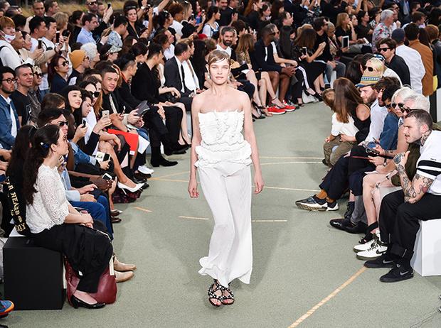 Фото №2 - Наталья Водянова снова в строю: модель на показе Givenchy