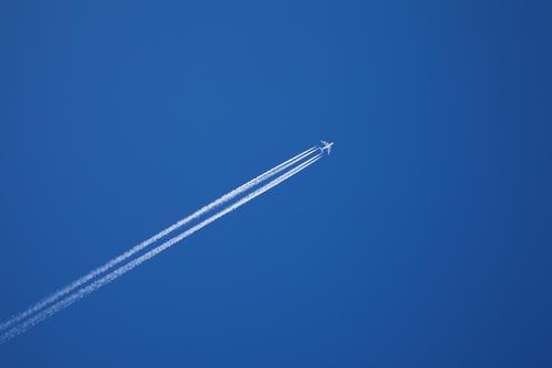 Фото №1 - Почему за самолетом иногда бывает след, а иногда нет?