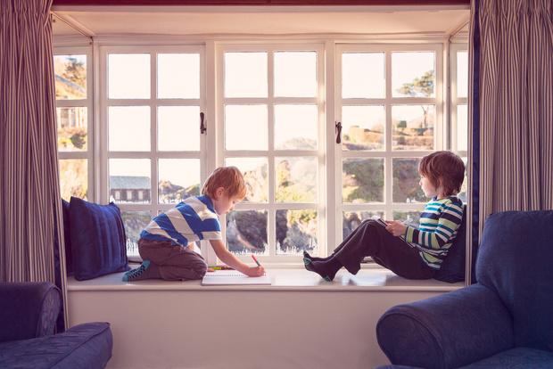 Как уберечь ребенка от падения из окна