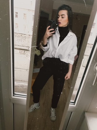 Водолазка: Zara, рубашка: Zara, брюки: Bershka, носки: St. Friday Socks, кеды: adidas originals
