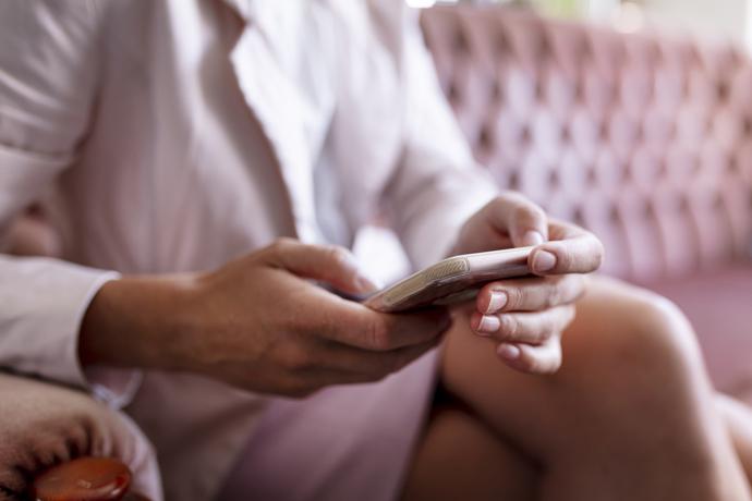 «Меня обманули 25 раз»: женщина написала книгу о своем опыте знакомств в Сети