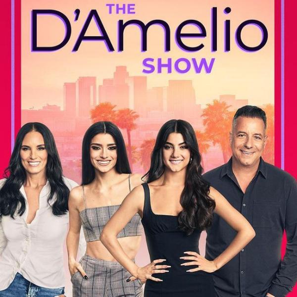 Фото №1 - Семья Чарли Д'Амелио раскроет свои секреты в документалке «D'Amelio Show» 😉