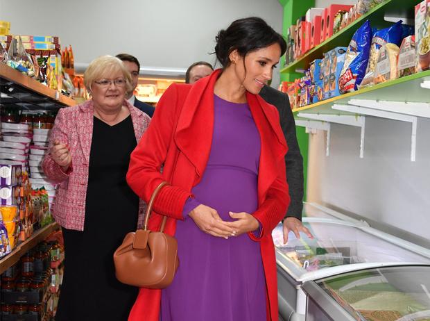 Фото №1 - Как Меган привлекает внимание к своей беременности: все стильные уловки герцогини