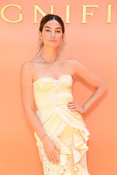 Фото №1 - В стиле Кармен: супермодель Лили Олдридж в игривом коктейльном платье оттенка лимонного сорбета