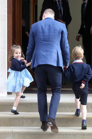 Фото №8 - Самые трогательные моменты трех выписок герцогини Кембриджской из роддома