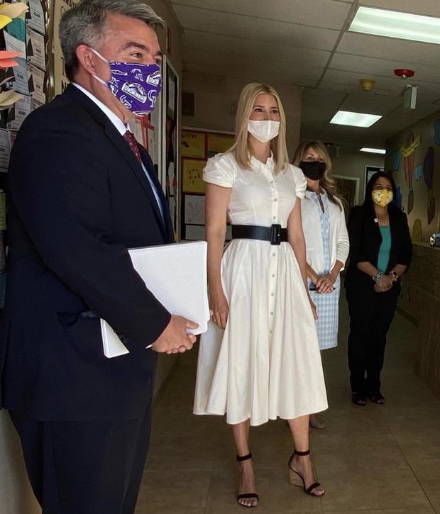 Фото №1 - Белое платье-рубашка становится мейнстримом. Следом за герцогиней Кейт его носит Иванка Трамп