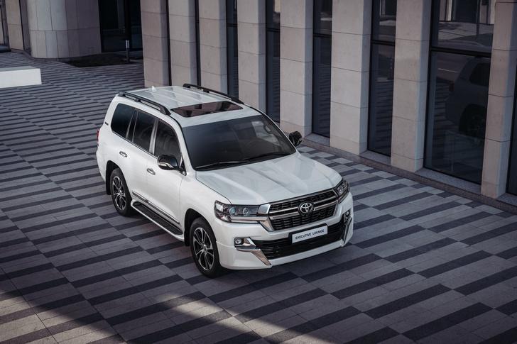 Фото №1 - Царь горы переоделся: в России начались продажи новой топ-версии Toyota Land Cruiser 200
