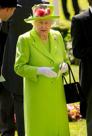 Фото №15 - Символы и знаки: как королевская семья общается при помощи одежды