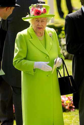 Фото №3 - Почему Елизавета II предпочитает яркие цвета в одежде