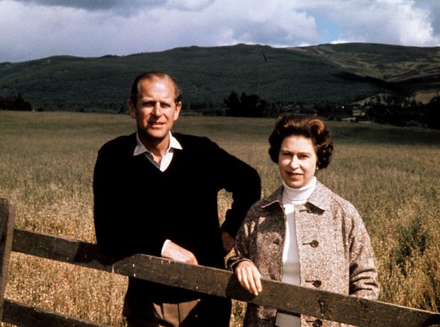 Фото №1 - Как семья поздравила принца Филиппа с 99-летием (Сассекские снова отличились)
