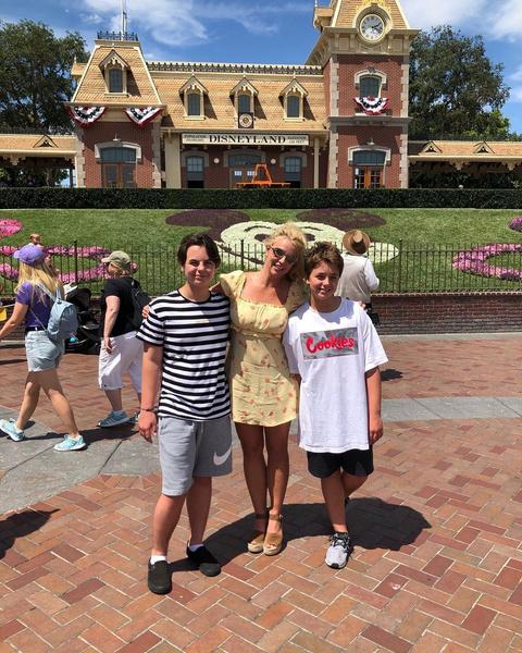 Бритни Спирс с сыновьями.