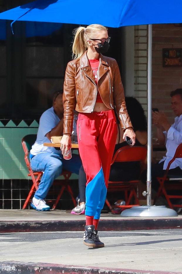 Фото №2 - Красные брюки— секретное оружие Стеллы Максвелл, которое заставляет прохожих оборачиваться