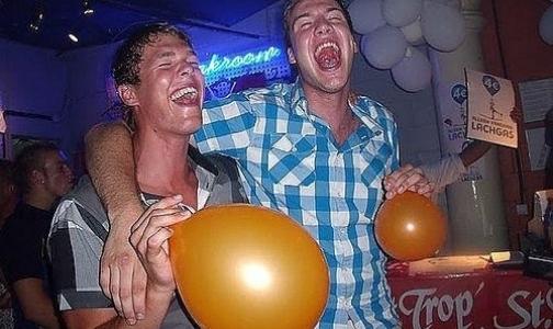 Фото №1 - «Веселящий газ» может официально стать наркотиком
